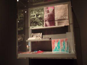 Vitrine van de Rode Draad in het Amsterdams Museum