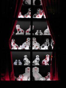 Hondjes die in een bepaalde stand geplaatst aangaven of een prostituee beschikbaar was of niet. Expositie Sex and the Sea, Maritiem Museum 2013.