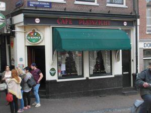 Café Pleinzicht in Amsterdam waar exploitanten besloten 'nozems' in elkaar te gaan slaan. Zie Han van der Horst: De mooiste jaren van Nederland