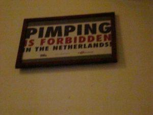 Waarschuwing tegen pooiers op de gang van een kamerverhuurbedrijf Amsterdam. (2007)